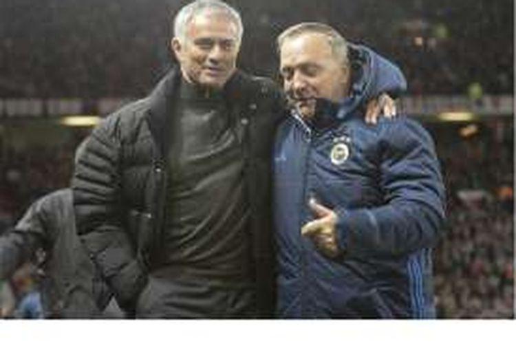 Manajer Manchester United, Jose Mourinho (kiri), bersama pelatih Fenerbahce, Dick Advocaat, ketika kedua tim bertemu pada pertandingan penyisihan Grup A Liga Europa di Old Trafford, Manchester, Kamis (20/10/2016).