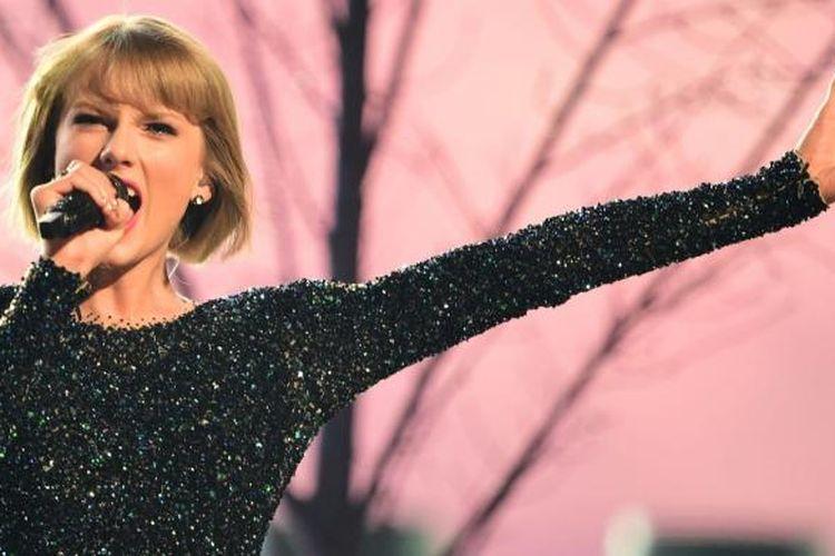 Taylor Swift tampil dengan lagu Out of The Woods dalam pergelaran Grammy Awards 2016 di Staples Center, Los Angeles, California, AS, pada Senin (15/2/2016) malam waktu setempat.