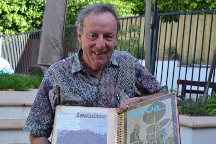 Peter Whitford ditemui di rumahnya di Melbourne dengan album kliping berbagai media di Indonesia di tahun 1970-an.