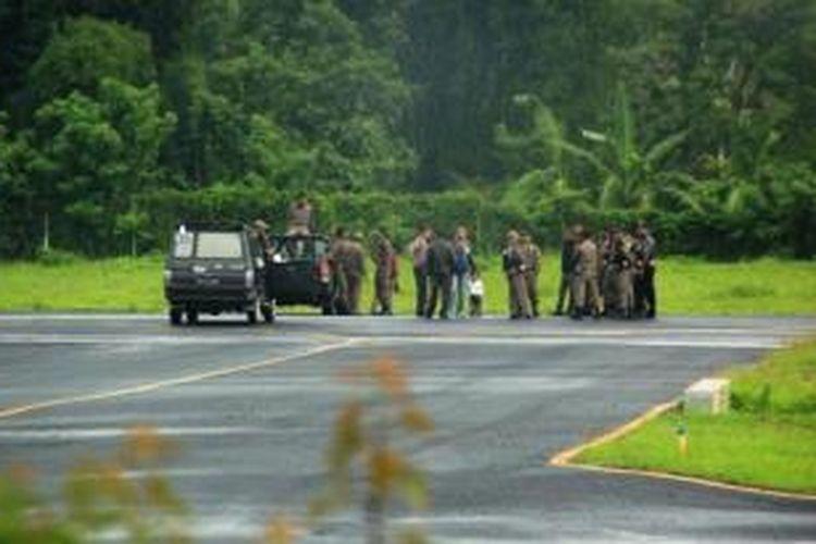 Satpol PP Ngada dengan kendaraannya memblokir Bandara Soa, Ngada, Sabtu (21/12/2013) sehingga tidak didarati pesawat Merpati dari Kupang.