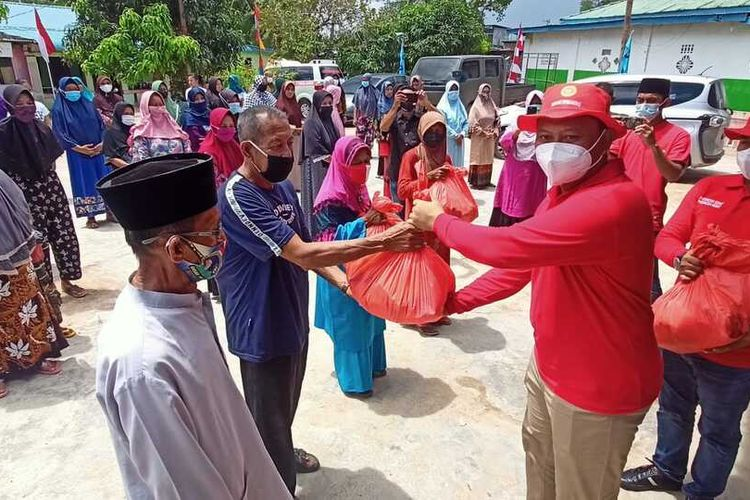 Perwakilan BIN Kepri memberikan secara simbolis paket sembako kepada warga Kampung Tua Bagan, Piayu, Batam, Kepulauan Riau (Kepri), Minggu (15/8/2021).
