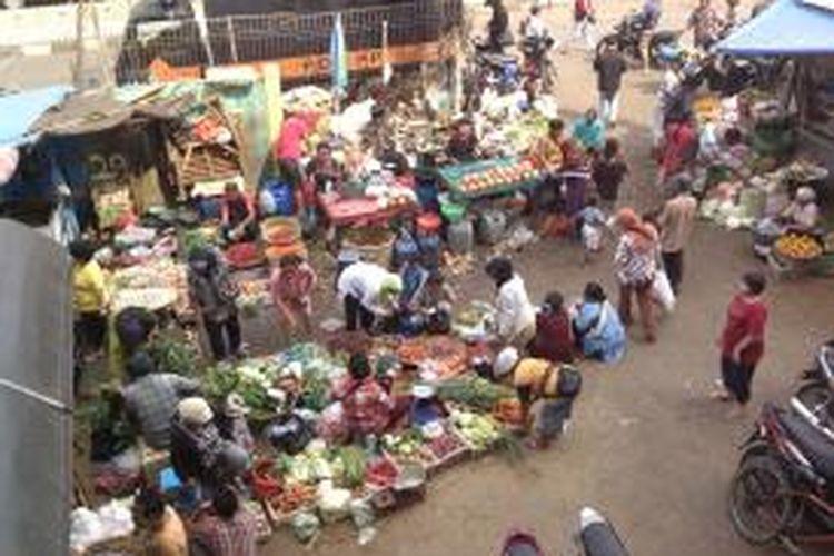 Pedagang kaki lima yang sudah mendaftarkan diri untuk mendapatkan lapak di Pasar Minggu, Jakarta Selatan, masih ada yang belum dipanggil oleh PD Pasar Jaya Pasar Minggu. Hingga Rabu (4/9/2013), sejumlah pedagang masih berjualan di sekitar pasar tersebut.