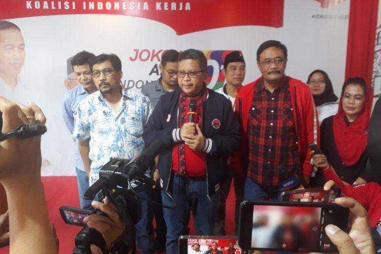 Sekjen PDIP, Hasto Kristyanto (tengah)