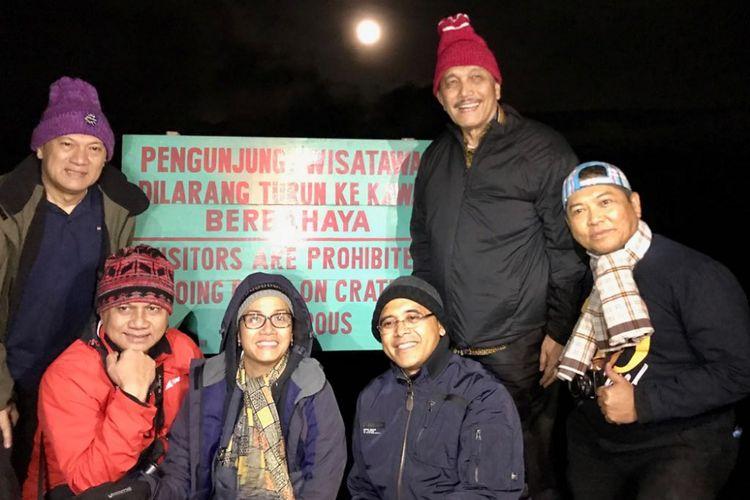 Menteri Koordinator Kemaritiman Luhut Binsar Pandjaitan, Menkeu Sri Mulyani Indrawati, Gubernur Bank Indonesia (BI) Agus Martowardojo, Bupati Banyuwangi, Abdullah Azwar Anas, dan Deputi IV Bidang Koordinasi SDM, IPTEK dan Budaya Maritim, Safri Burhanuddin berpose bersama dalam pendakian ke Gunung Ijen, Jumat (2/3/2018).