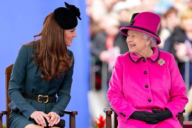 Kate Middleton bersama Ratu Elizabeth II.