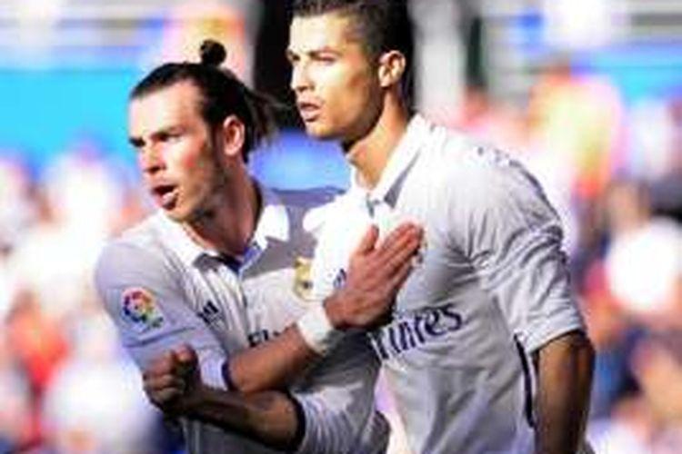 Dua pemain bintang Real Madrid, Gareth Bale (kiri) dan Cristiano Ronaldo, tampil pada partai La Liga kontra  Deportivo Alaves, di Stadion Mendizorroza, 29 Oktober 2016.