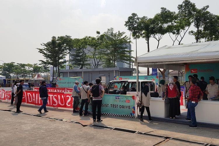 Daihatsu sediakan mobil Tanto di area tes drive untuk merasakan teknologi keamanan mobil tersebut