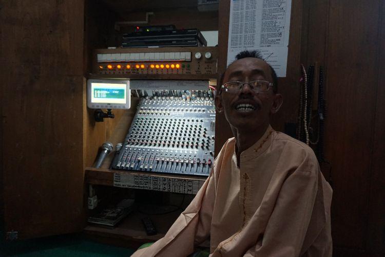Oni, selama 11  tahun Istiqomah menyalakan adzan di Masjid Jami Baiturrahman, Banyuwangi.