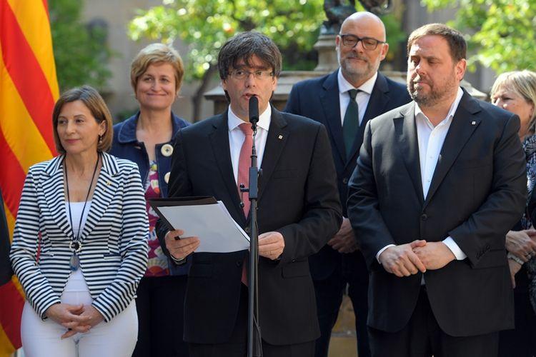 Pemimpin wilayah Katalonia, Carles Puidgemont (tengah) mengumumkan rencana referendum kemerdekaan wilayah itu yang akan digelar pada 1 Oktober mendatang.