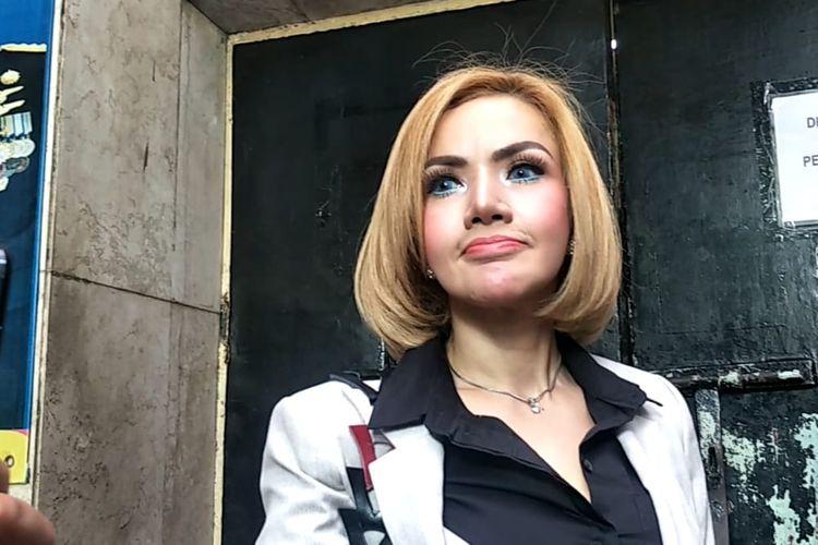 Barbie Kumalasari saat mendatangi Polda Metro Jaya, Jakarta Selatan pada Selasa (13/8/2019).