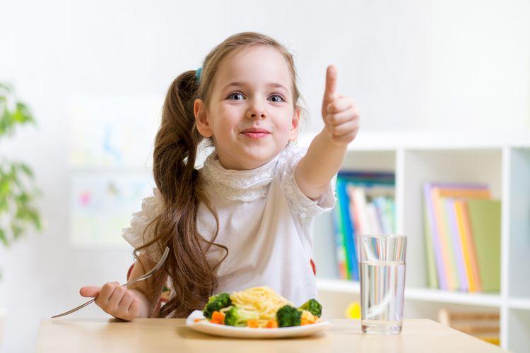 Ilustrasi anak makan sayur. Mengenalkan anak pada sayuran sejak dini.