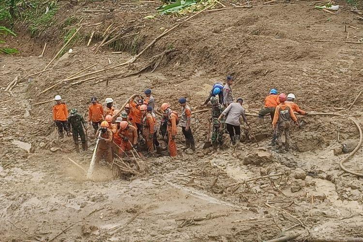 Sejumlah petugas gabungan menyisir lokasi korban hilang akibat tertimbun tanah longsor di Kampung Sinar Harapan, Desa Harkat Jaya, Kecamatan Sukajaya, Kabupaten Bogor, Jawa Barat, Rabu (8/1/2020).