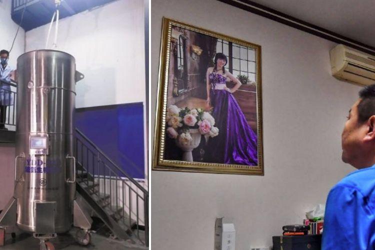 Gui Junmin ketika memandang foto istrinya, Zhan Wenlian (foto kanan). Zhan dilaporkan meninggal karena kanker paru-paru pada 2017. Jenazahnya dimasukkan ke dalam tangki kriogenik dengan harapan bisa dibangkitkan lagi di masa depan.