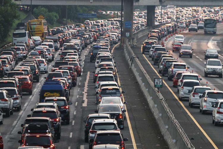Kendaraan pemudik terjebak macet di Tol Cikampek, Jawa Barat, Jumat (7/6/2019). Pada H+2 lebaran, Tol Cikampek mulai dipadati kendaraan pemudik yang akan kembali ke Jakarta.