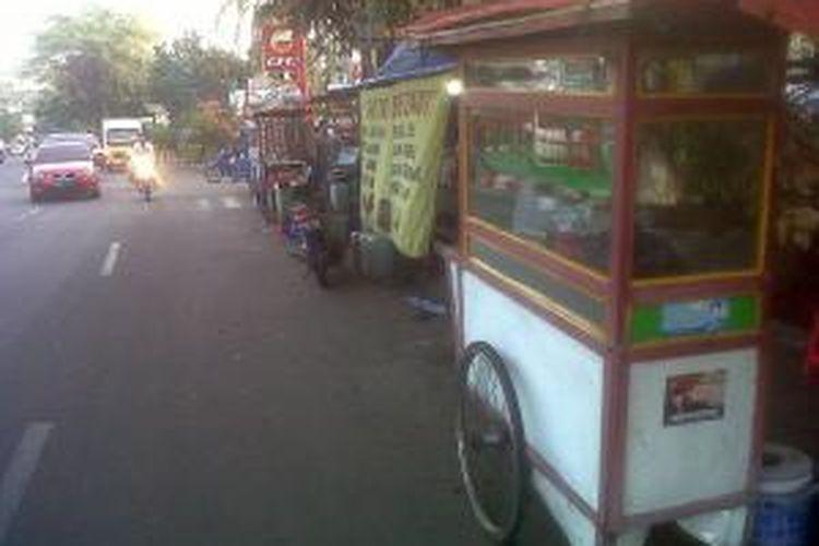 Meski ada larangan berjualan di badan jalan, para pedagang kaki lima tetap berjualan di Jalan KS Tubun Raya, Kelurahan Petamburan, Kecamatan Tanah Abang, Jakarta Pusat, Senin (19/8/2013) sore.