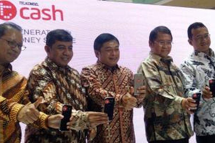 Direktur Utama Telkomsel, Ririek Adriansyah dan Menkominfo Rudiantara (tengah) dalam acara peluncuran Telkomsel T-Cash di Jakarta, Kamis (15/10/2015).