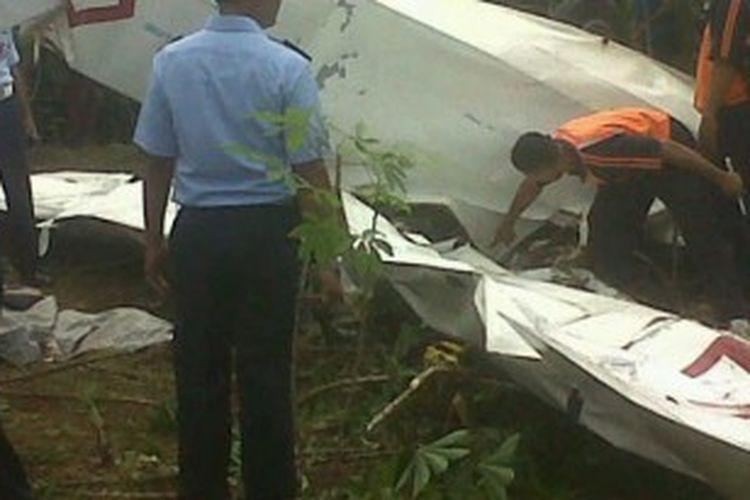 Pesawat latih tanpa mesin atau biasa disebut dengan pesawat gleder jatuh di Subang. Bangkai pesawat yang jatuh di areal perkebunan.