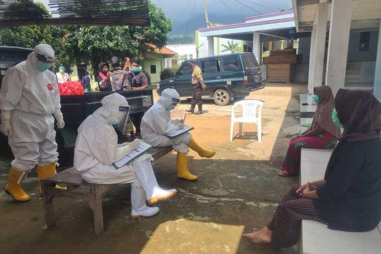 Seorang ibu berinisial E (42) yang dinyatakan positif virus corona atau Covid-19 dijemput tim gugus tugas di rumah dukun, Kampung Legok Minang, Desa Sirnajaya, Kecamatan Sukamakmur, Kabupaten Bogor, Jawa Barat, Senin (11/5/2020).