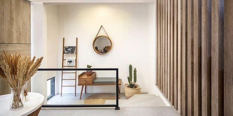 Mudroom atau ruang peralihan pada EN House karya Mande Austriono.