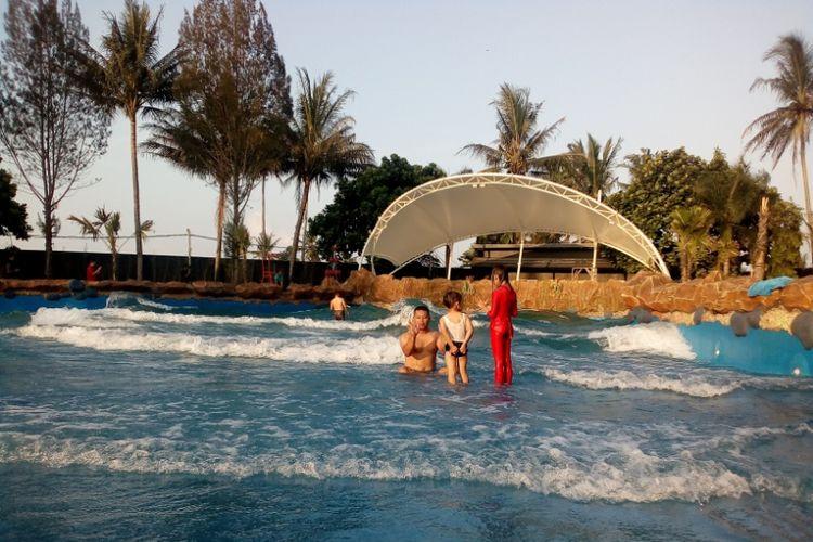 Wahana baru kolam ombak di taman air sabda alam Cipanas Garut saat diujicobakan, Jumat (8/6/2018)