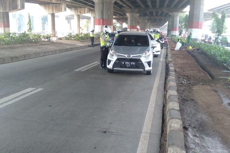 Sosialisasi ganjil genap di Jalan D.I. Panjaitan, Jakarta Timur, Senin (3/8/2020)