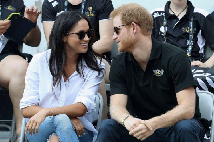 Pangeran Harry (kanan) dan kekasihnya, artis peran Meghan Markle, menyaksikan pertandingan tenis pada Invictus Games 2017 di Nathan Philips Square, Toronto, Kanada, pada 25 September 2017. Pangeran Harry dan Meghan Markle berencana menikah pada tahun 2018.