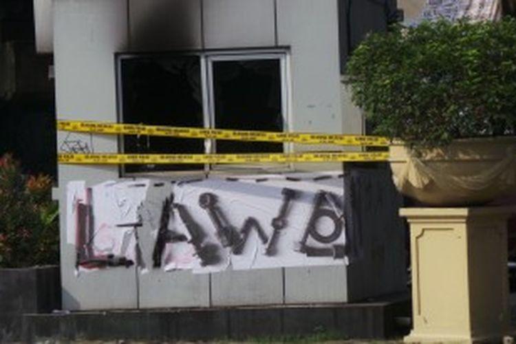 Pos polisi depan Bioskop Megaria, Menteng, Jakarta Pusat dibakar mahasiswa saat demo menolak kenaikan harga BBM.