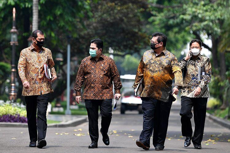 Menko Perekonomian Airlangga Hartarto (kedua kanan) berbincang dengan Kepala BNPB Letjen TNI Doni Monardo (kiri), Menteri BUMN Erick Thohir (kedua kiri) dan Wakil Menteri BUMN Budi Gunadi Sadikin usai bertemu Presiden Joko Widodo di Istana Kepresidenan, Jakarta, Senin (20/7/2020). Presiden Joko Widodo telah menandatangani Peraturan Pemerintah (PP) tentang Penanganan COVID-19 dan Pemulihan Ekonomi Nasional yang di dalamnya mengatur pembentukan tim penanganan COVID-19 dan pemulihan ekonomi. ANTARA FOTO/Sigid Kurniawan/POOL/wsj.