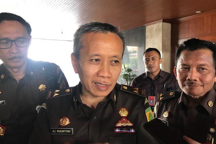 Jaksa Agung Muda Tindak Pidana Khusus Ali Mukartono (tengah) ketika ditemui di Kompleks Kejagung, Jakarta Selatan, Selasa (3/3/2020).