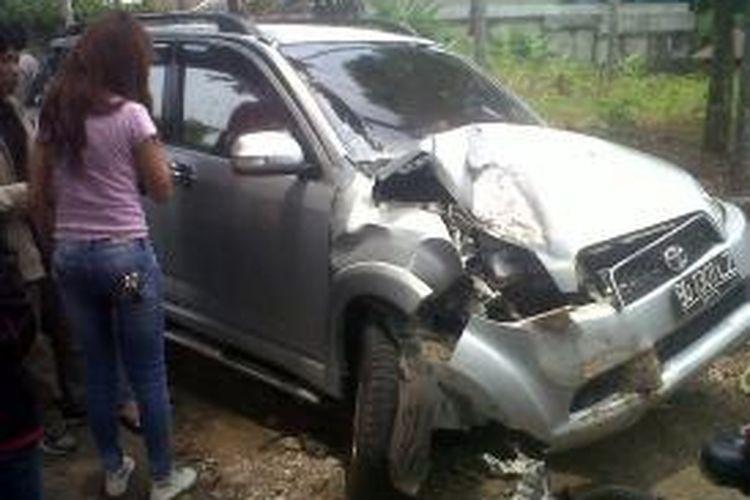 Mobil yang dikemudikan Agustomi ringsek menabrak pohon