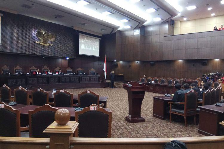 Ketua MK Arief Hidayat, Hakim Konstitusi Suhartoyo, dan Hakim Konstitusi I Dewa Gede Palguna memimpin sidang sidang uji materi terhadap Peraturan Pemerintah Pengganti Undang-Undang Nomor 2 Tahun 2017 tentang Perubahan atas Undang-Undang Nomor 17 Tahun 2013 tentang Organisasi Kemasyarakatan. Permohonan diajukan oleh Organisasi Hizbut Tahrir  Indonesia (HTI). Sidang digelar di MK, Jakarta Pusat, Rabu (26/7/2017).