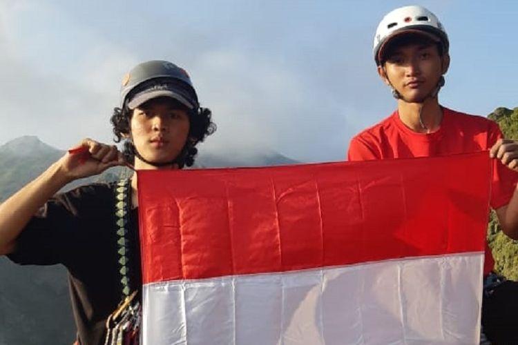 Pemanjat dari Mapala UI mengibarkan bendera Merah Putih di Tebing Sumbing, Gunung Kelud, Jawa Timur.