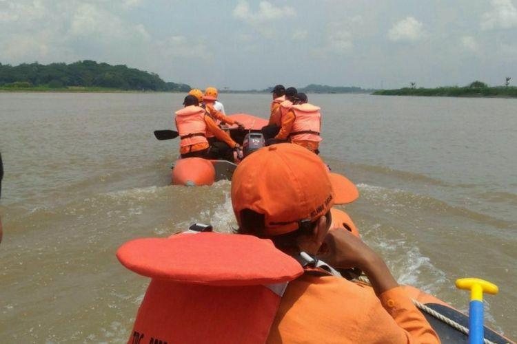 Tim SAR Gabungan melakukan penyisiran di sepanjang perairan Sungai Serayu untuk mencari keberadaan Trianto (10), bocah warga warga Dukuh Purbayasa RT 002 RW 10 Desa Pucang, Kecamatan Bawang, Banjarnegara, Jawa Tengah yang hanyut Kamis (5/4/2018).