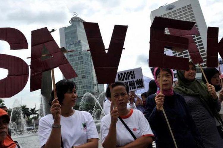 Aktivis Migrant Care berunjuk rasa memperingati Hari Buruh Migran Sedunia di Bundaran Hotel Indonesia, Jakarta, Selasa (18/12/2012). Mereka antara lain mendesak Pemerintah untuk memberikan perlindungan kepada buruh migran sebagai penyumbang devisa negara dari tindakan kekerasan hingga ancaman hukuman mati sebagai tanggung jawan konstitusi.