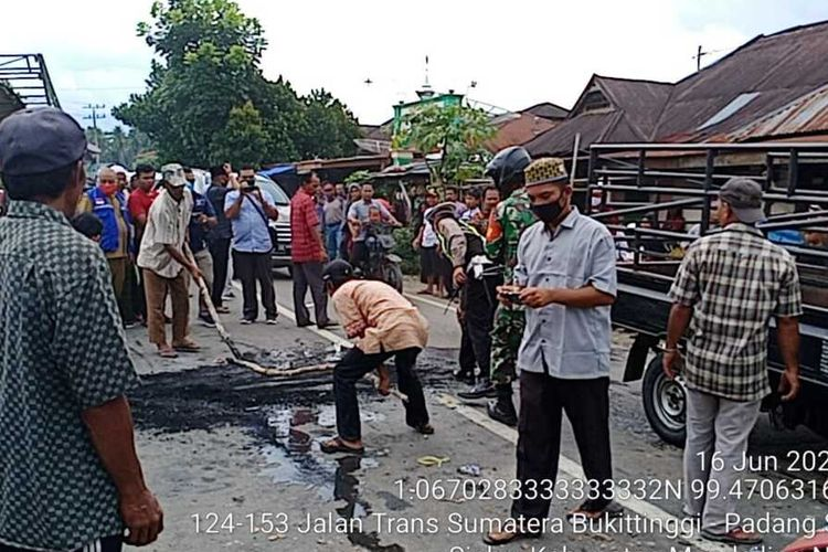 Ratusan warga memblokade jalan nasional yang menghubungkan antara Provinsi Sumatera Utara dan Sumatera Barat, di Desa Hutapuli, Kecamatan Siabu, Kabupaten Mandailing Natal, Selasa (16/6/2020). Aksi tersebut sebagai bentuk protes warga gara-gara tidak kebagian bantuan sosial (BLT) Covid-19.