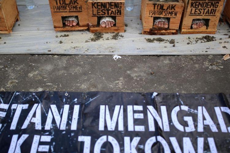 Petani dari kawasan Pegunungan Kendeng, Kabupaten Rembang, Jawa Tengah, kembali melakukan aksi protes dengan menggelar aksi mencor kaki dengan semen di depan Istana Negara, Jakarta, Kamis (16/3/2017). Pada aksi hari keempat ini, petani yang mengecor kakinya terus bertambah menjadi 41 orang, sebelumnya diketahui berjumlah 20 orang. Aksi tersebut mereka lakukan sebagai bentuk protes terhadap izin lingkungan baru bagi PT Semen Indonesia yang diteken Gubernur Jawa Tengah Ganjar Pranowo.