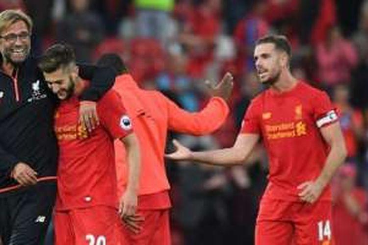 Manajer Liverpool, Juergen Klopp, tampak gembira bersama Adam Lallana dan Jordan Henderson seusai timnya meraih kemenangan atas Leicester City di Anfield, Sabtu (10/9/2016).