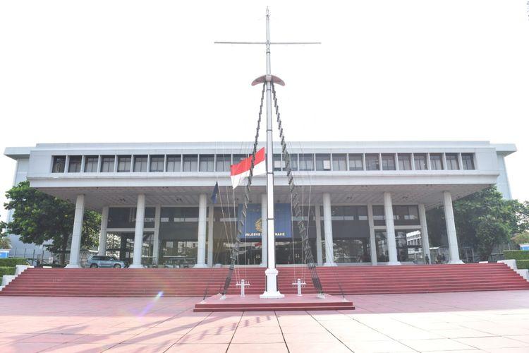La Armada de Indonesia (AL) llevó a cabo el izamiento de la bandera roja y blanca a la mitad de la muerte de 53 soldados del submarino KRI Nanggala-402 que duró una semana del 26 de abril al 1 de mayo de 2021.