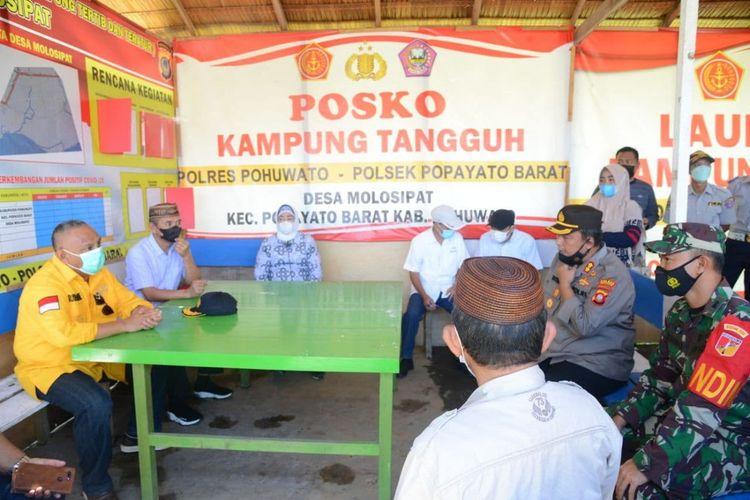 Gubernur Gorontalo Rusli Habibie (kemeja kuning) bersama Bupati dan Wakil Bupati Pohuwato saat meninjau poskoh pemeriksaan untuk larangan mudik lebaran yang ada di perbatasan Sulawesi Tengah – Gorontalo.