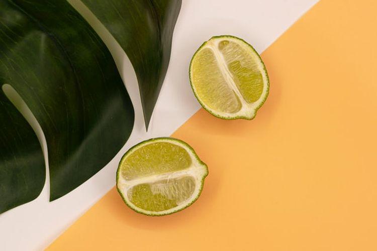Jeruk nipis kaya akan vitamin C, nutrisi yang dapat membantu meningkatkan kekebalan tubuh.