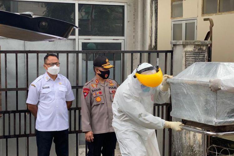 Kapolda Maluku, Irjen Pol Baharudin Djafar bersama Sekretaris Daerah Maluku dan Kapolresta Pulau Ambon menghadiri pemularasan jenazah pasien Covid-19 di RSUD dr Haulussy Ambon, Rabu (26/9/2020)