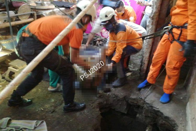 Proses evakuasi oleh Basarnas pada keluarga yang masuk ke septic tank di Bondowoso
