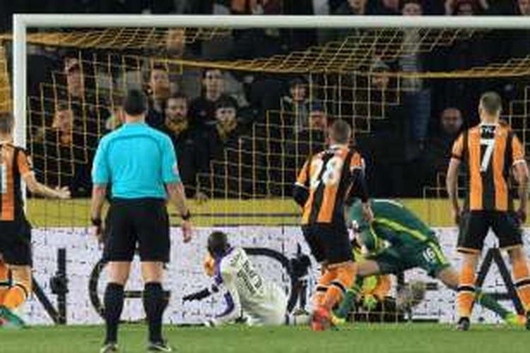 Gelandang Newcastle United asal Senegal, Mohamed Diame (tengah), mencetak gol timnya ke gawang Hull City pada pertandingan perempat final Piala Liga Inggris di KCOM Stadium, Selasa (29/11/2016).