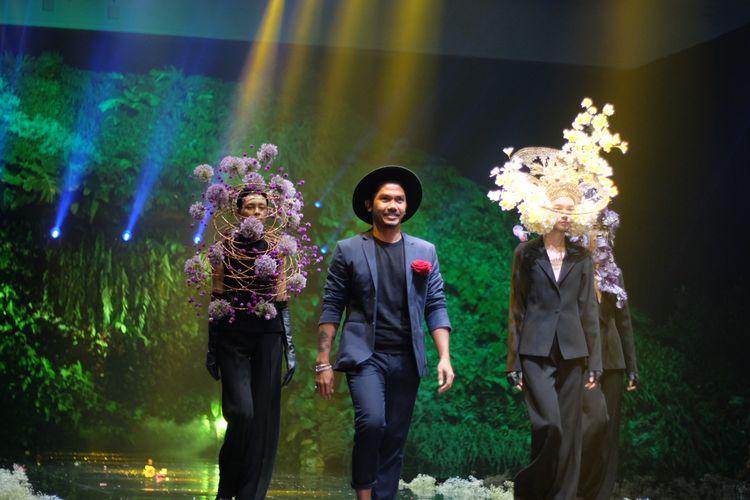 Made Putra, salah satu desainer bunga yang berkolaborasi dengan desainer aksesori, Rinaldy A. Yunardi di panggung World Flower Council Summit Ke-36, di The Westin Hotel, Nusa Dua, Bali.