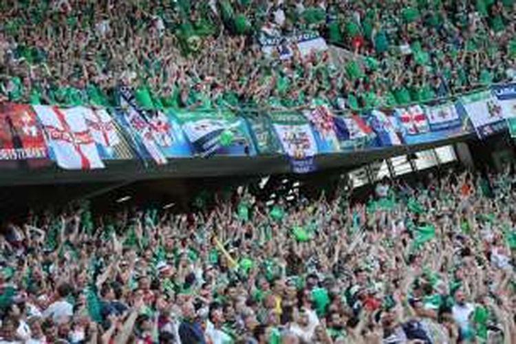 Suporter Irlandia Utara memenuhi salah satu bagian tribune Stadion Allianz Riviera, pada Minggu (12/6/2016) waktu setempat,