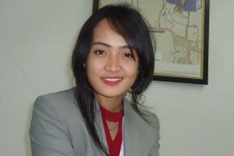 Elita Tirta Triningrum, anak nelayan warga Jl Empang, Muara Angke, Pluit, Jakarta Utara, meraih beasiswa kuliah di Podomoro University.