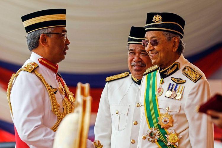 Yang di-Pertuan Agong Sultan Abdullah dan mantan Perdana Menteri Malaysia Mahathir Mohamad