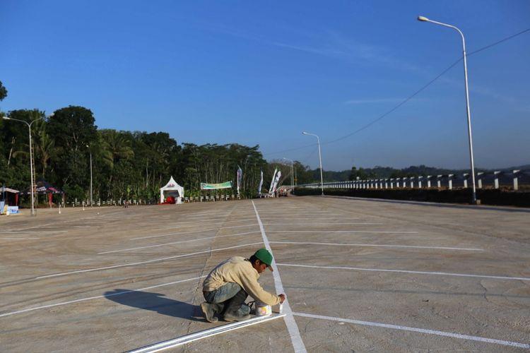 Pekerja menyiapkan area parkir di rest area Ruas Tol Bawen-Salatiga, Jawa Tengah, Jumat (16/6/2017). Ruas tol ini akan dibuka secara fungsional pada H-7 hingga H 7 Lebaran.