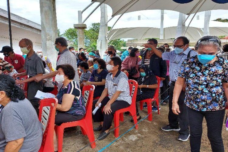 Tampak para lansia mengantre untuk disuntik vaksin Covid-19. Vaksinasi massal dilaksanakan di Auditorium Unsrat, Manado, Sulut, Jumat (5/3/2021).