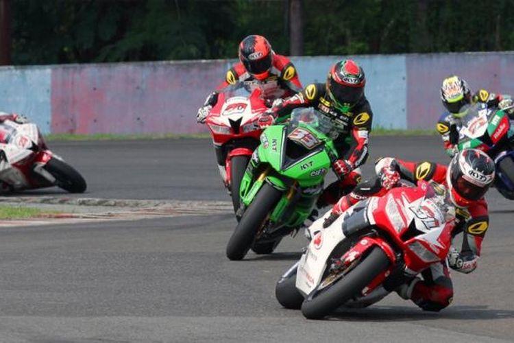 Pebalap Indonesia, Gerry Salim (31), memimpin balapan di Sirkuit Sentul, Jawa Barat, pada seri keempat Asia Road Racing Championship, Sabtu (6/8/2016).